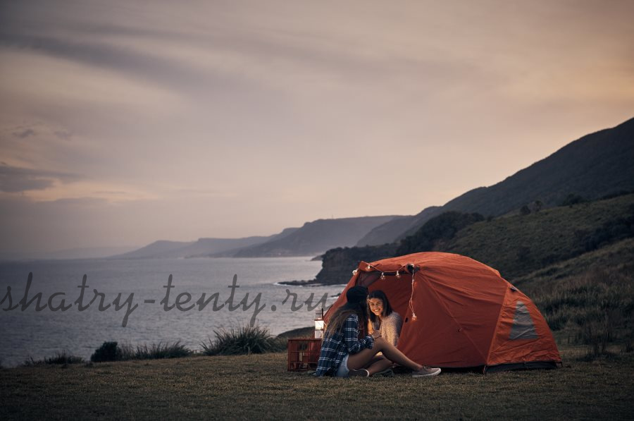 Аэродинамическая шестигранная палатка на берегу моря