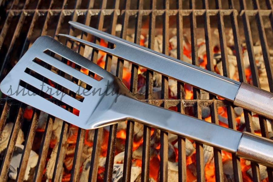 Длинная вилка и лопатка для приготовления на гриле