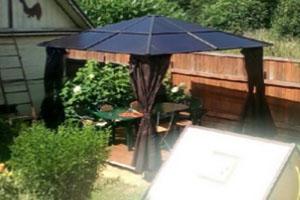 Коричневый садовый павильон Тауэр во дворе дачного участка