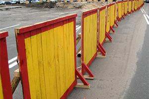 Красно желтые барьеры для стройки из дерева