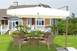 Кремовый уличный зонт Deluxe на газоне рядом с домом