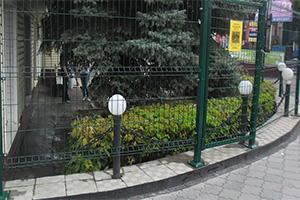 Ограждение интерьерной клумбы с подсветкой с помощью панель из прямоугольной сетки «Периметр ЛАЙТ»