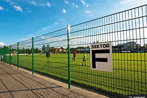 Ограждение футбольного поля панелями из прямоугольной сетки VEGA 2D Super
