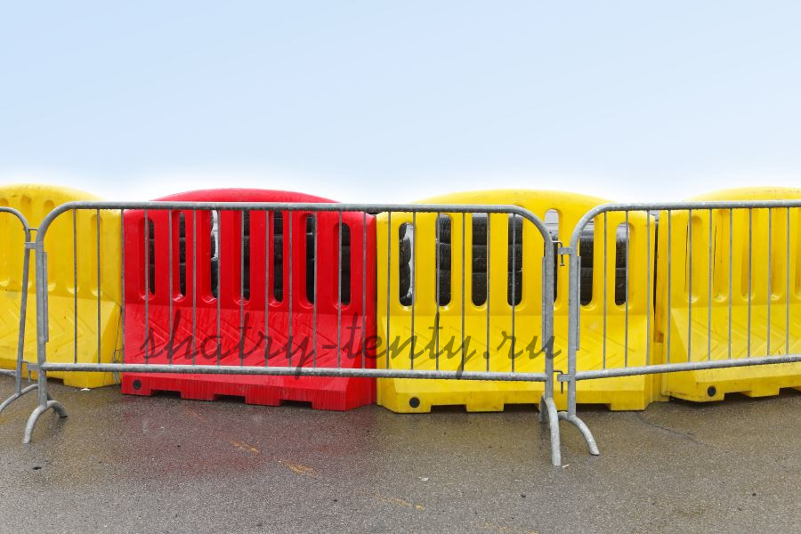 Пластиковые закрытые и металлические открытые мобильные ограждения