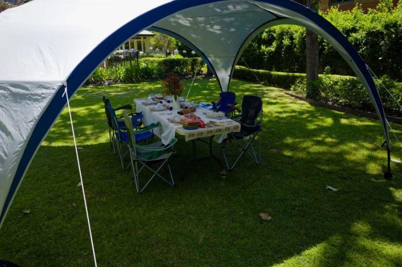 Полукруглые арочный тент-шатер на садовом газоне
