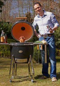приготовление курицы в угольном гриле Monolith Le Chef XL