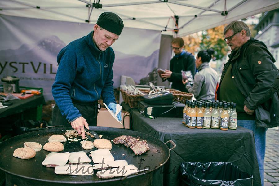 Приготовление мяса и самсы на закрытом гриле под мобильным шатром