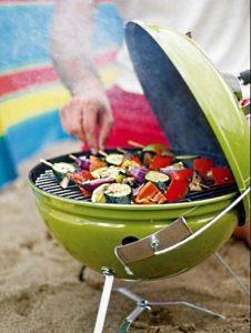 Приготовление овощей в угольном гриле Smokey Joe Premium