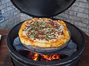приготовление пиццы на гриле с керамическим отсекателем жара