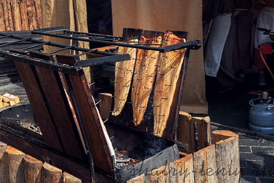 Приготовление рыбы на стационарном дровяном гриле