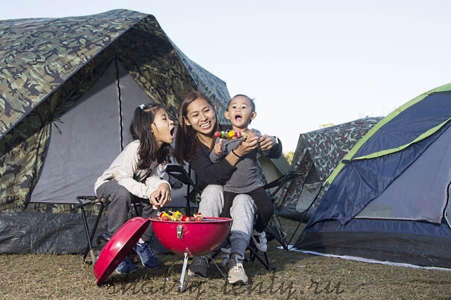 Розовый сферический гриль-барбекю в палаточном лагере