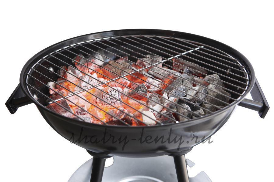 Угольный гриль барбекю без крышки с горящими углями