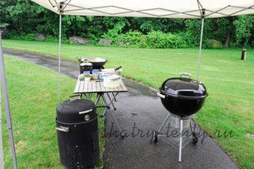 Уличная кухня с угольным грилем под мобильным шатром