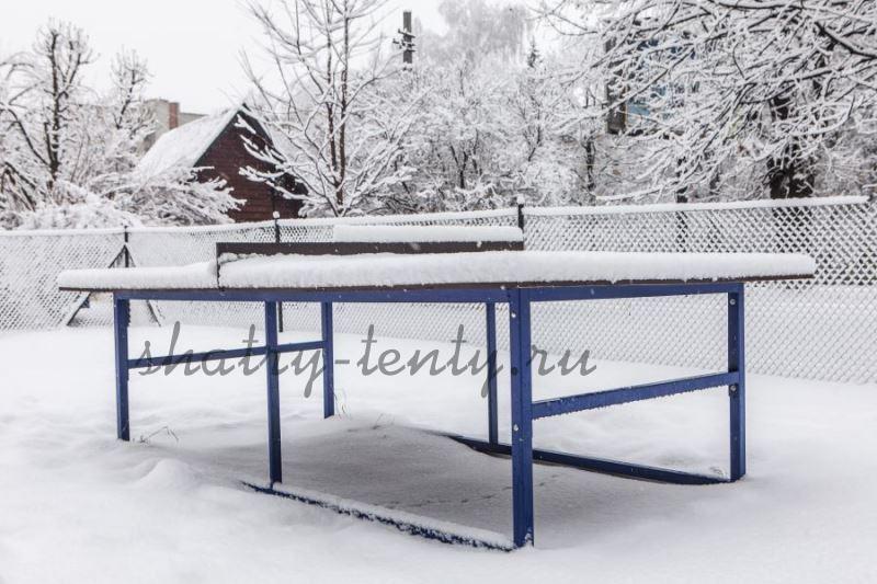 Уличный теннисный стол с металлическим каркасом под снегом