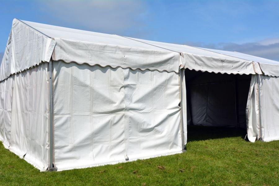 Зимний двускатный садовый шатер с о сплошными стенками