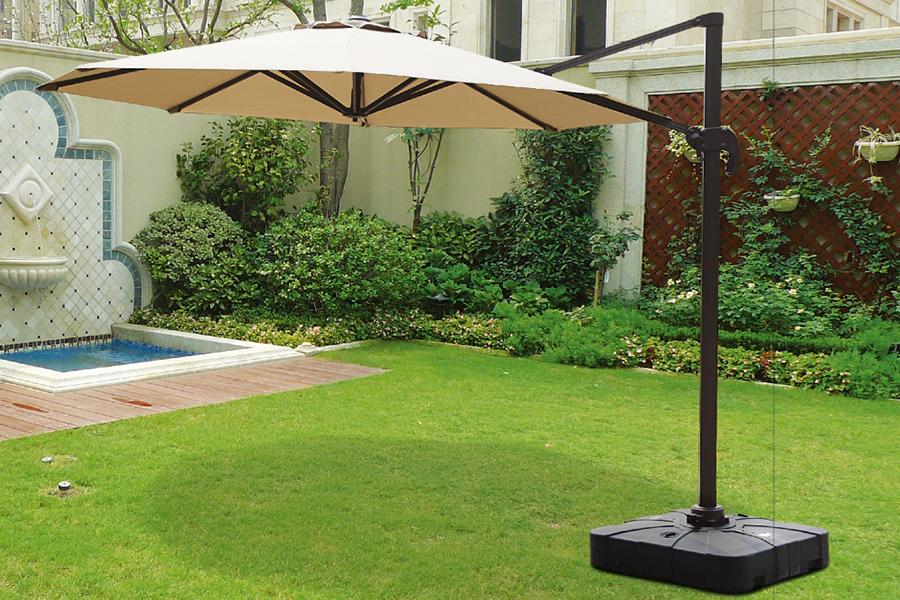 Зонт - тент садовый с боковым держателем на газоне дачного участка