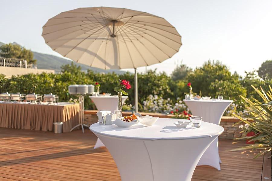 Белый зонт -тент садовый на террасе возле дома