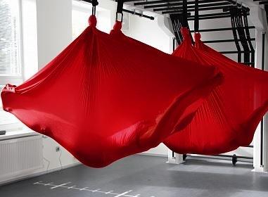 Антигравити красный гамак для йоги в зале, США