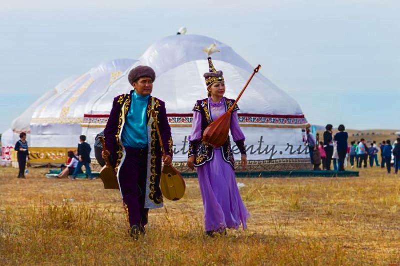 Десятистенная юрта в поле на празднике