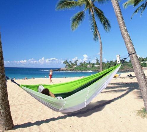 Подвесной зелёный гамак кровать ShowCharm на пляже