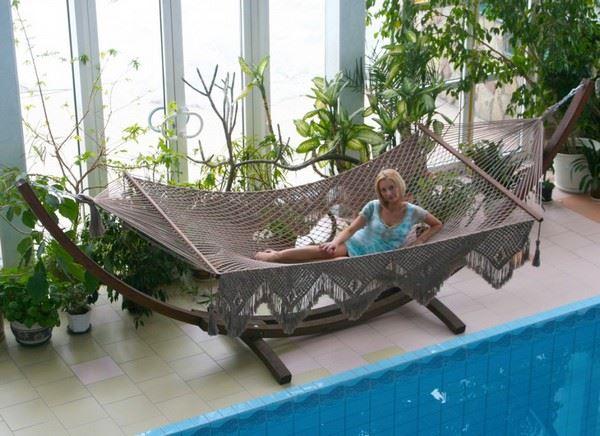 Гамак плетеный Vintage на деревянной подставке у бассейна, Бразилия