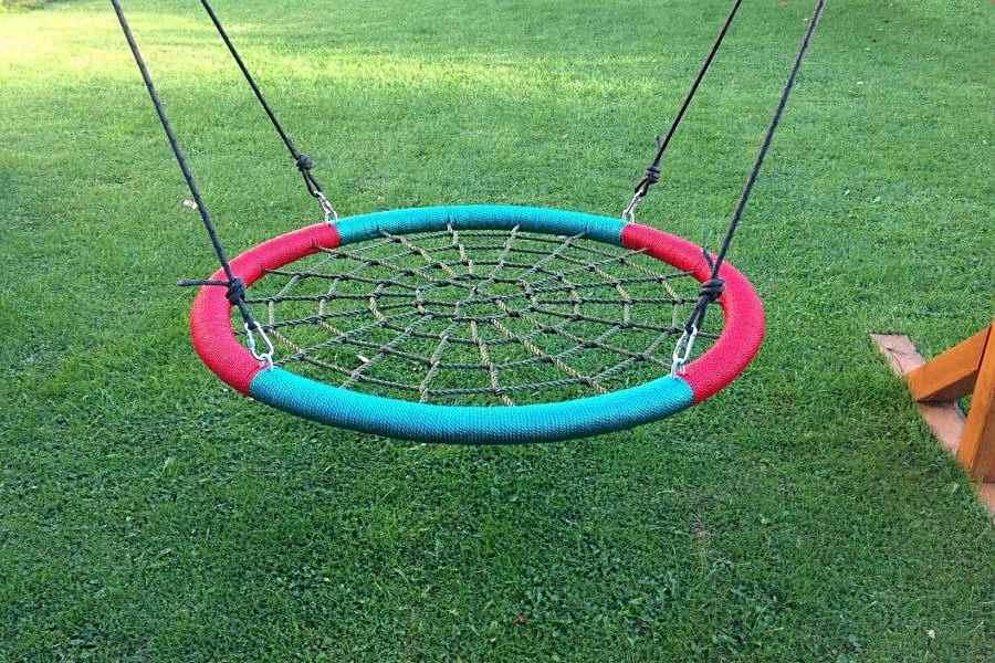 Качели-гнездо «красно-зеленые четвертинки» на дачном саду
