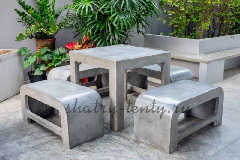 Скамьи и стол из шлифованного камня для улицы