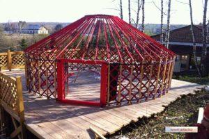 Сосновый каркас пятистенной Казахской юрты на деревянном помосте