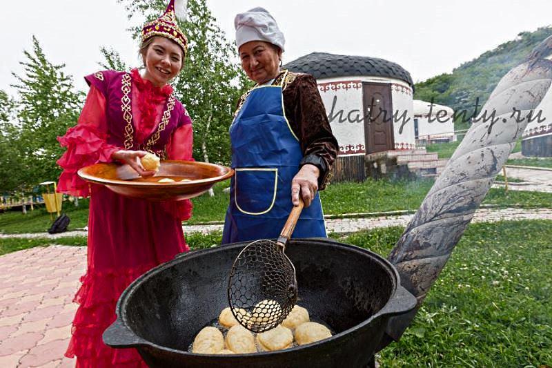Казахский поселок из юрт на выставке в парке