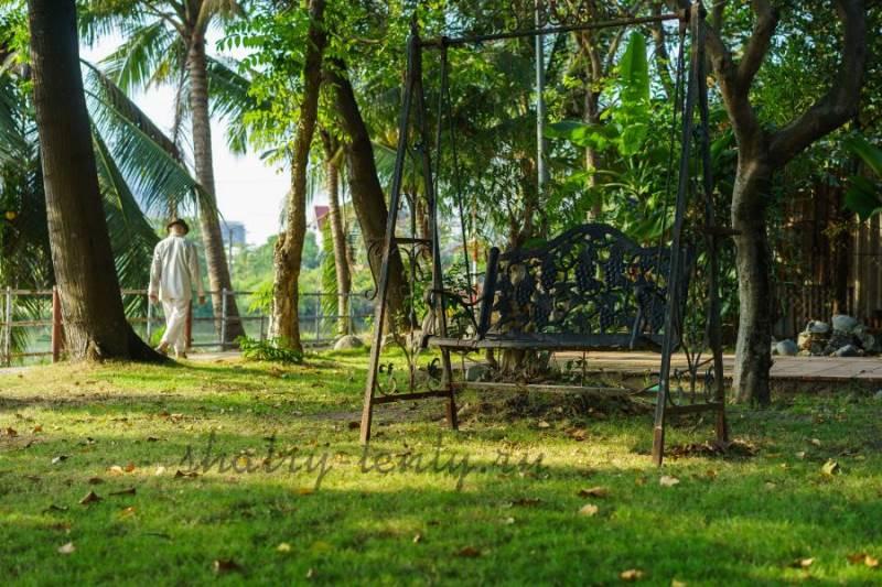 Кованые металлические садовые качели в парковой зоне