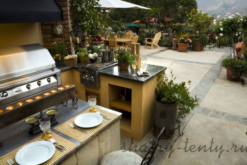 Летняя стационарная уличная кухня на открытом воздухе