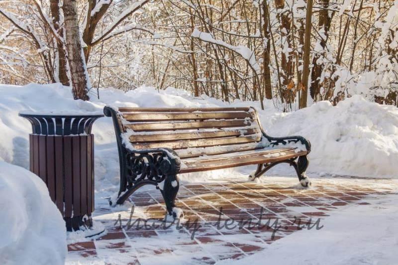 Металлическая скамья с деревянным сиденьем