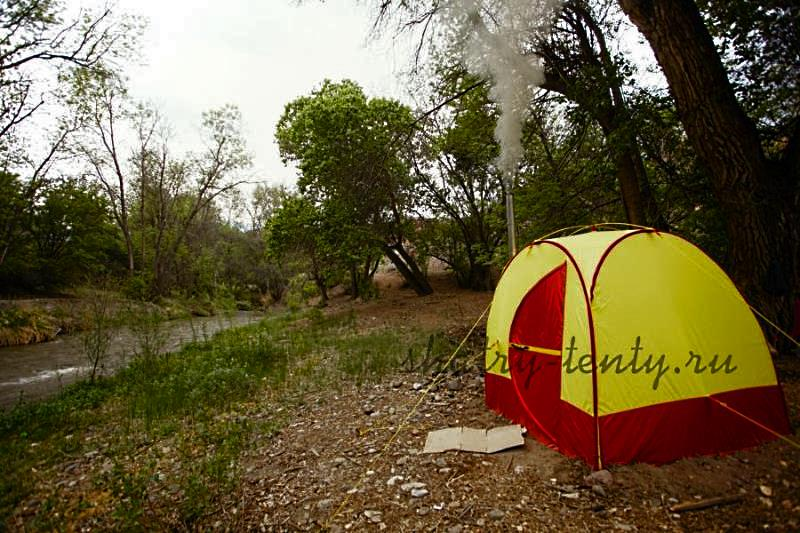 Мобильная баня палатка на берегу реки