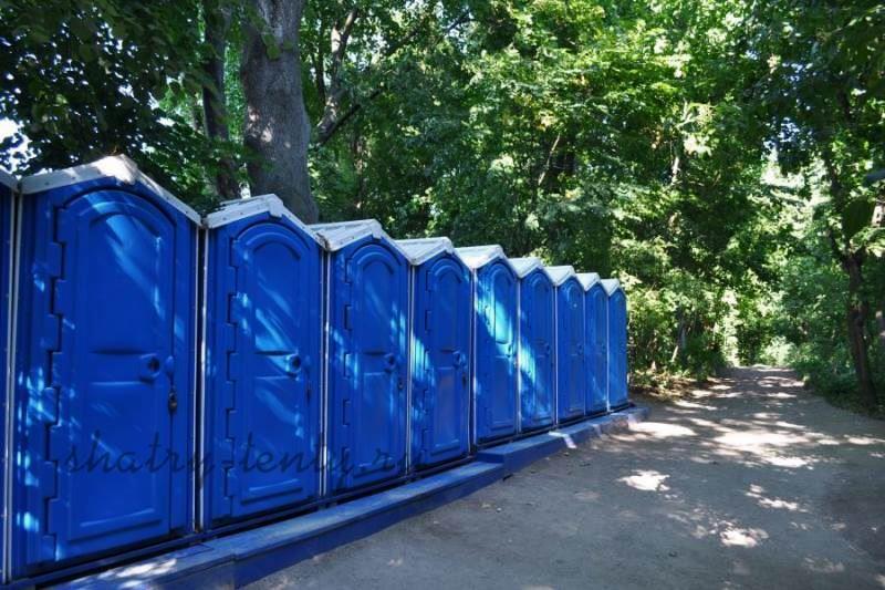 Ряд мобильных туалетов-кабин на улице