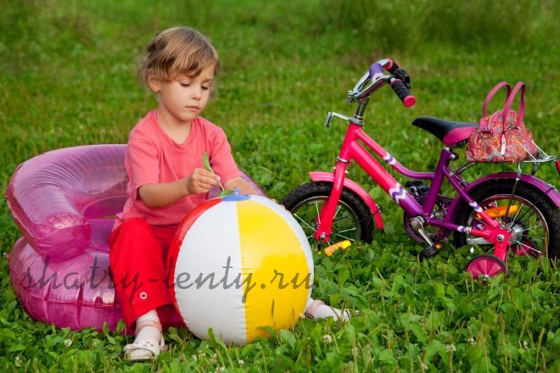 Компактное розовое детское надувное кресло