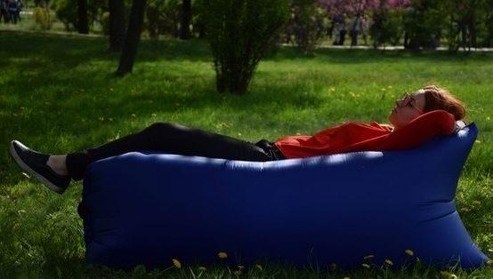 Надувной синий гамак LAMZAC для отдыха на природе