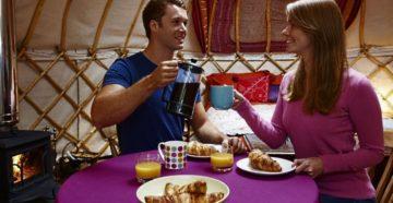 Чаепитие в по домашнему обустроенной юрте