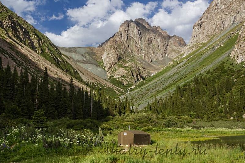 Парная в легкой бане-палатке между высокими горами