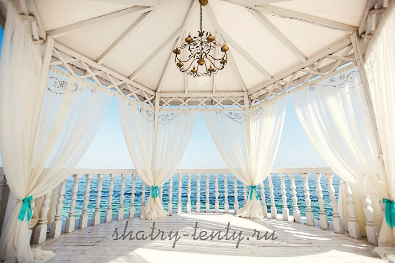 Каркасный шатер-павильон с многоугольным основанием для праздничных мероприятий на берегу моря