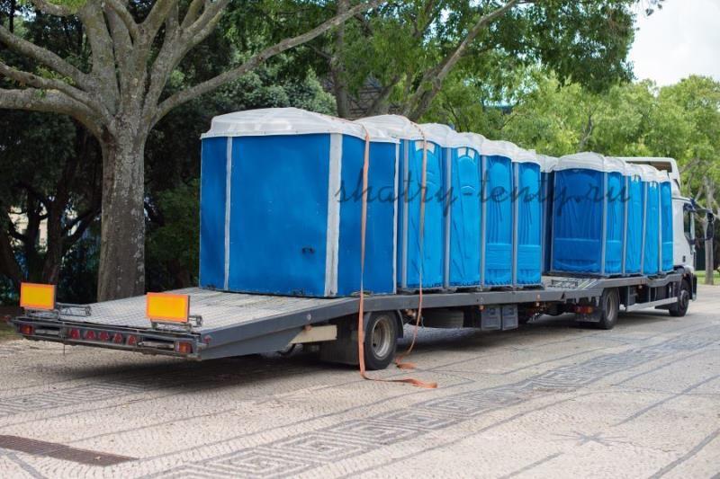 Погруженные для перевозки туалетные кабинки