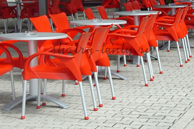 Оранжевые пластиковые стулья с серыми ножками и серые столы