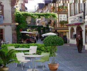 Пластиковые зелёные стулья Regina Nardi в уличном кафе