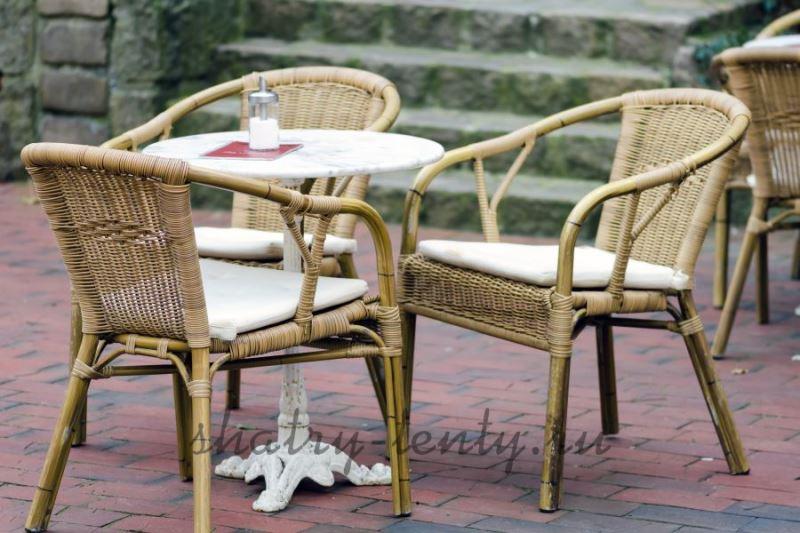 Плетёная уличная мебель из ротанга в летнем кафе