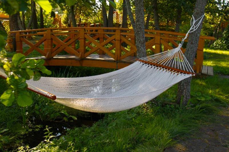 Одноместный белый подвесной плетеный гамак BF Mexico у реки