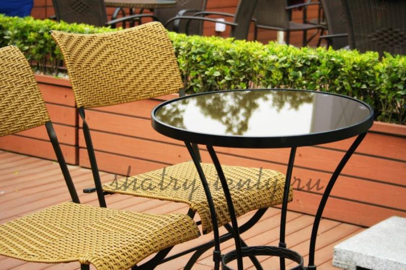 Плетённые стулья из натуральных материалов за стеклянным столом - комплект