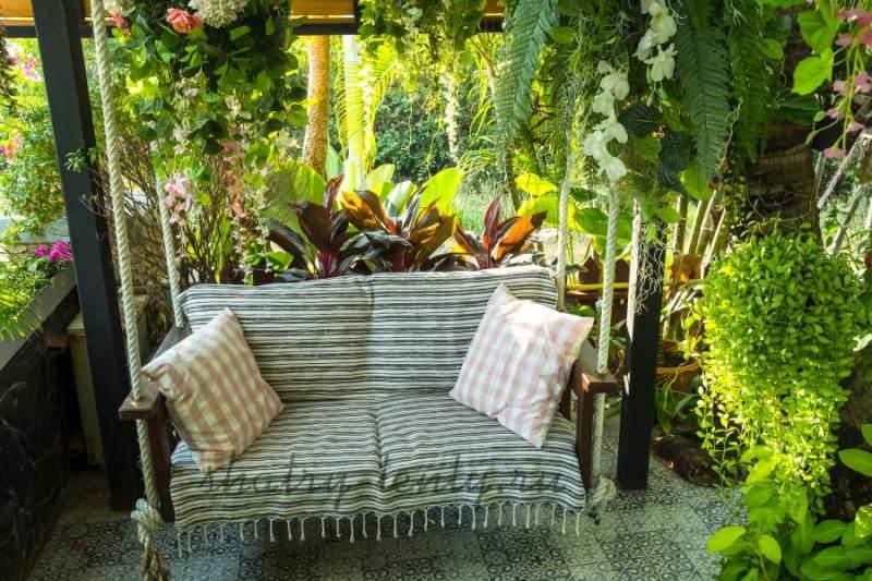 Подвесные бескаркасные садовые диван-качели на дачном участке