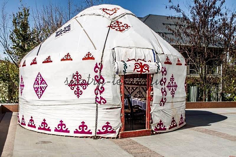 Белая пятистенная юрта с красными узорами для семьи из 7-9 человек