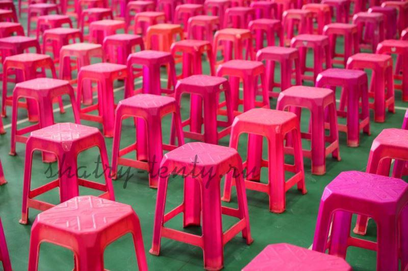 Розовые легкие пластиковые стулья