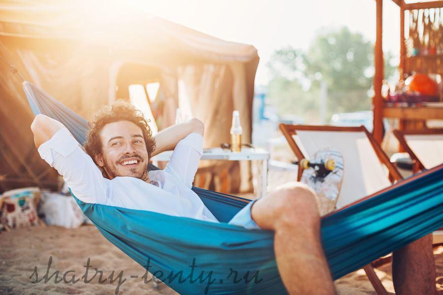 Синий гамак для отдыха на пляже