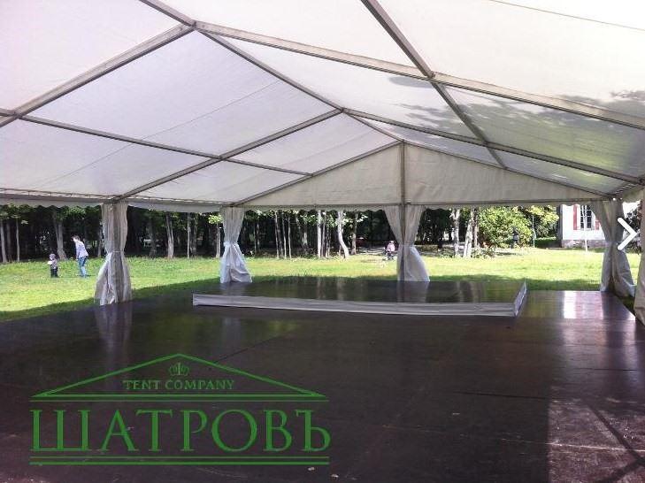 Белый тентовый шатер павильон ШАТРОВЪ 5 Х 10 М в парковой зоне вид изнутри